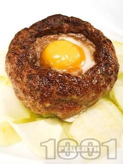 Печено гнездо от свинска кайма с яйце и гъби - снимка на рецептата